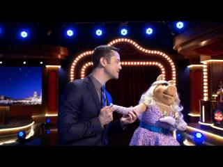 Joseph Gordon-Levitt and Miss Piggy Sing ''Fly Me To The Moon'' - The  Muppets